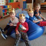Chłopcy siedzący na siedzisku