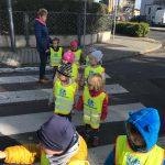 Dzieci przechodzące przez przejście dla pieszych wraz z panią