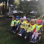 Siedmioro dzieci siedzących na ławce
