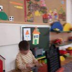 Chłopiec bawiący się na dywanie