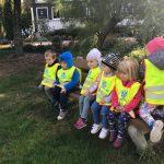 Sześcioro dzieci siedzących na ławce