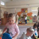 Pięcioro dzieci bawiących się klockami i autami.