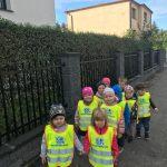 Grupa dzieci idących chodnikiem