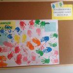 """Plakat przedstawiający odbite dłonie dzieci pomalowane farbami w różnych kolorach. Powyżej napis """"Zawsze myj ręce"""" oraz """"Światowy dzień mycia rąk"""""""