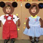Dwoje dzieci pozujących do zdjęcia w ramkach przedstawiających misie.