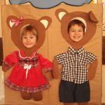 Dziewczynka i chłopiec pozujący do zdjęcia w ramkach przedstawiających misie,