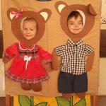 Chłopiec i dziewczynka pozujących do zdjęcia w ramkach przedstawiających misie.
