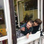 Pani z chłopcem wyglądająca przez okno