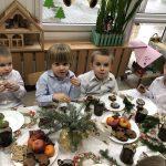 Czworo dzieci siedzących przy stole wigilijnym.