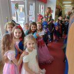 Przebrane dzieci ustawione są w długim rzędzie ( pociągu)
