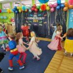 Dzieci tańcza w parach na dywanie.
