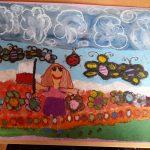 Praca plastyczna przedstawia: dziewczynkę z flagą Polski, motylki, kwiatki, chmury.