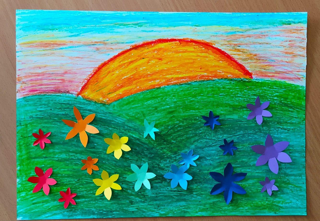 Praca plastyczna: narysowane słońce, łąka z kwiatami.