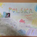 Rysunek przedstawia: domy, pole, samochody, napis Polska