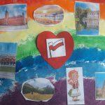 Praca plastyczna: namalowana tęcza, na niej przyklejone zdjęcia zabytków.