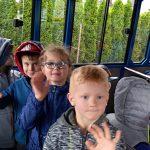 Dzieci znajdujące sie w kolejce turystycznej.