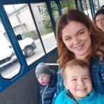 Dwoje dzieci siedzacych wraz z Paniami w kolejce turystycznej.