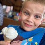 Chłopiec je loda.