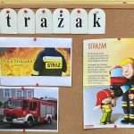 Tablica korkowa z napisem strażak i 3 obrazkami przedstawiającymi wóz strażacki, wiersz o strażaku.