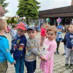 Dzieci tańczące w parach na placu przedszkola.