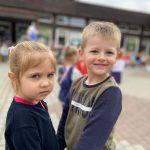 Chłopiec z dziewczynką trzymajacy się za ręce.