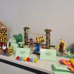 Wystawa owadów wykonanych z recyklingu m.in puszki, nakrętek, rolek papieru.