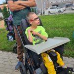 Chłopiec siedzi na wózku