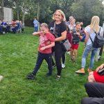Chłopiec z mamą podczas tańca.