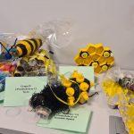 Plaster miodu i pszczołu wykonane z nakrętek, butelek, rolek papieru.