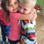 Dziewczynka przytulająca chłopca.