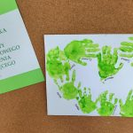 plakat z odbitych na kartce dłoni dzieci , obok napis 6 pażdziernika Światowy Dzień Mozgowego Porażenia Dziecięcego.